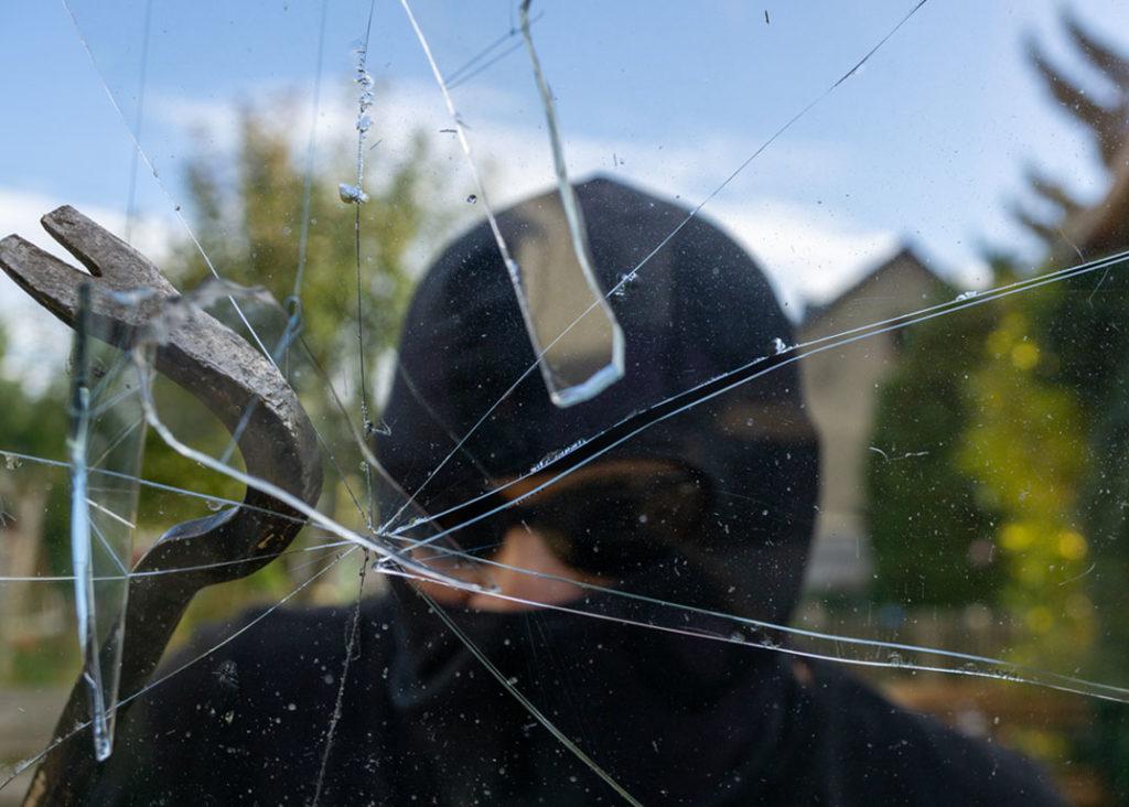 Glasbruchmelder Einbrecher